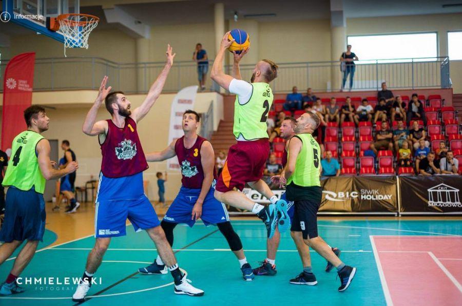 Marcin Możdżonek w meczu koszykówki 3x3 (Fot. Sklep Koszykarza)