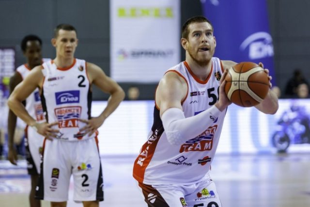 Adam Kemp (z piłką) i Mateusz Zębski / fot. R. Wszołek, Enea Astoria Bydgoszcz