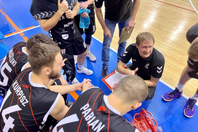 Trener Mantas Cesnauskis i jego zespół / fot. Czarni To Wy