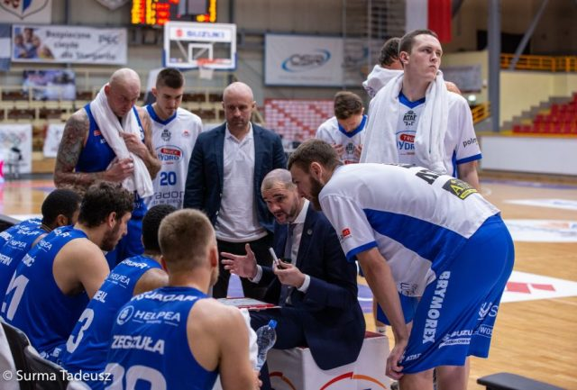 Trener Robert Witka i jego drużyna / fot. Tadeusz Surma, PGE Spójnia