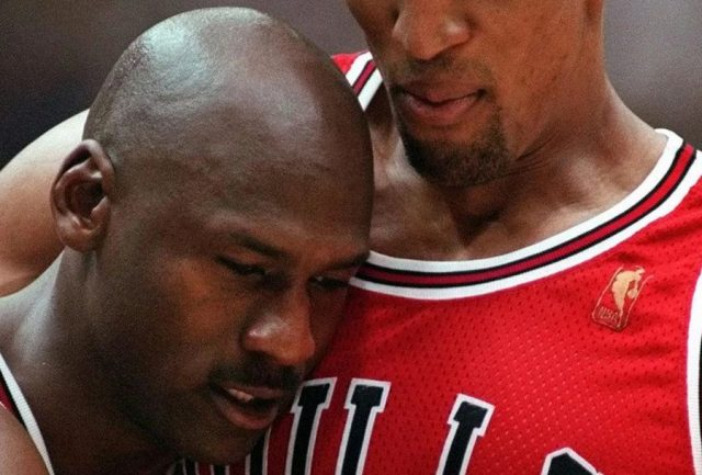 Michael Jordan i Scottie Pippen w pamiętnej scenie z