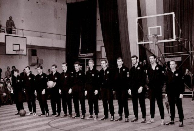 Drużyna Polonii przed rewanżem z Barceloną / fot. arch.  Fundacji Kultywowania Tradycji Koszykarzy Polonii Warszawa