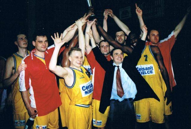 Trener Stanisław Dudzik z ekipą, która wywalczyła awans do ekstraklasy (fot. archwium prywatne Michała Filarskiego)
