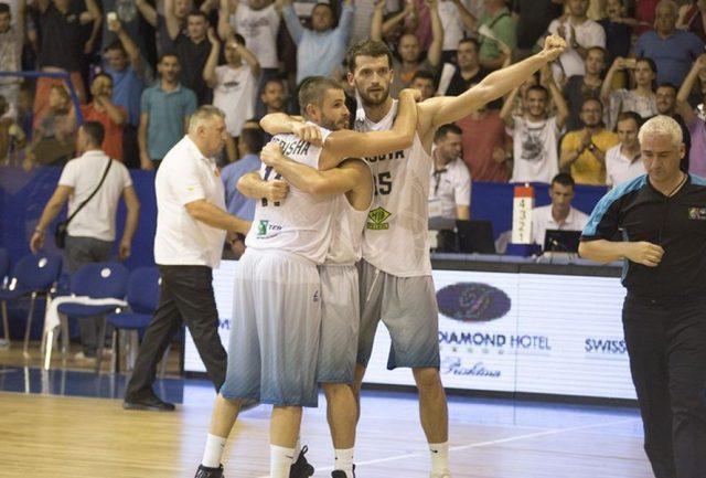 Dardan Berisha i koledzy po wygranej z Macedonią (fot. Fiba.com)