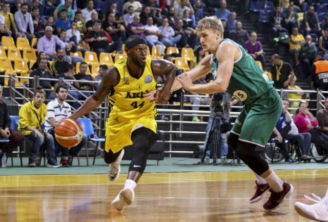 Gary Bell vs Filip Matczak (fot. basketballcl.com)