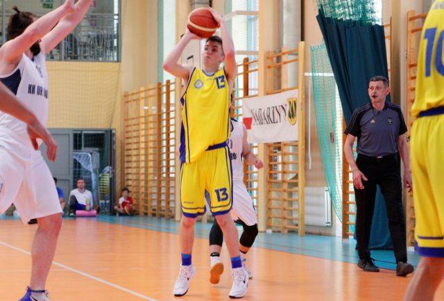 Przemysław Kuźkow (z piłką) / fot. Dominik Spangenberg, basketkobiet.pl