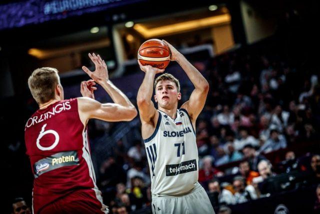 Luka Doncić rzuca sprzed Kristapsa Porzingisa (fot. FIBA.com)