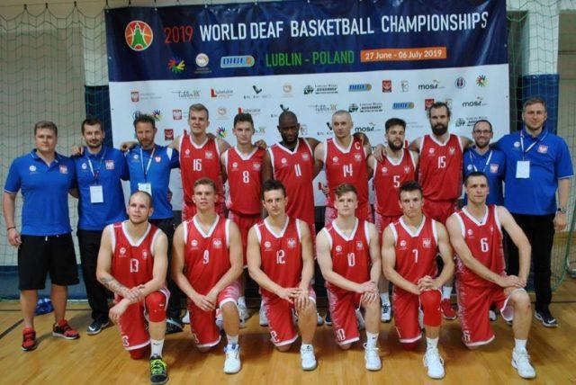 Reprezentacja Polski niesłyszących (trener Kamol Wania pierwszy z prawej) / fot. 2019 World Deaf Basketball Championships