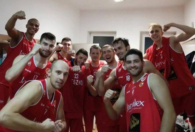Koszykarze Polonii 1912, Kamil Chanas w środku (fot. Facebook.com)