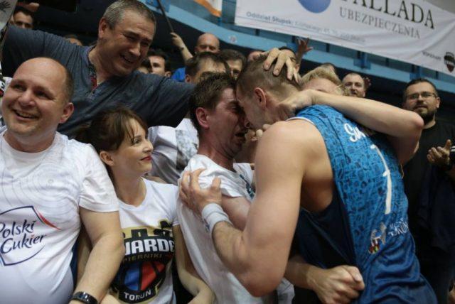 Radość Krzysztofa Sulimy i kibiców z Torunia (fot. www.facebook.com/pg/BasketTorun)
