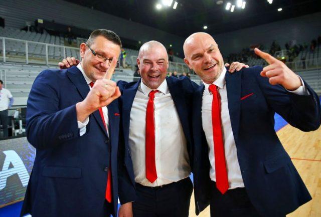 Krzysztof Szablowski (pierwszy z lewej), Mike Taylor i Wojciech Kamiński / fot. A. Romański, PZKosz