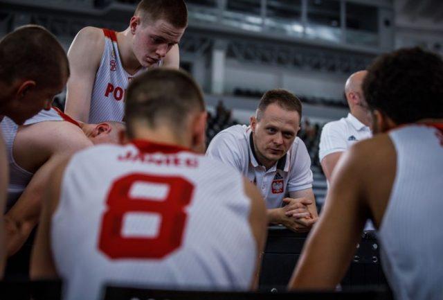 Trener Mazur i jego drużyna / fot. FIBA
